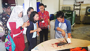 The regional training course on fish handling techniques applicable to various fishing operations in Southeast Asia was conducted from 11 to 15 December 2017 at SEAFDEC/Training Department, Samut Prakan Province, Thailand. Fourteen participants from SEAFDEC Member Countries trained in this Course. The training course was focused on demonstration and practical for participants and aimed to transfer appropriate hygienic environmental/user friendly fish handling tools and simple techniques applicable to maintain quality of the catch. Moreover, the exchange of ideas on practical skills and concepts related to reduction of post-harvest losses for fisheries in the region were conducted to promote food safety and minimize post-harvest losses in catching, storing and transportation process of the fish.